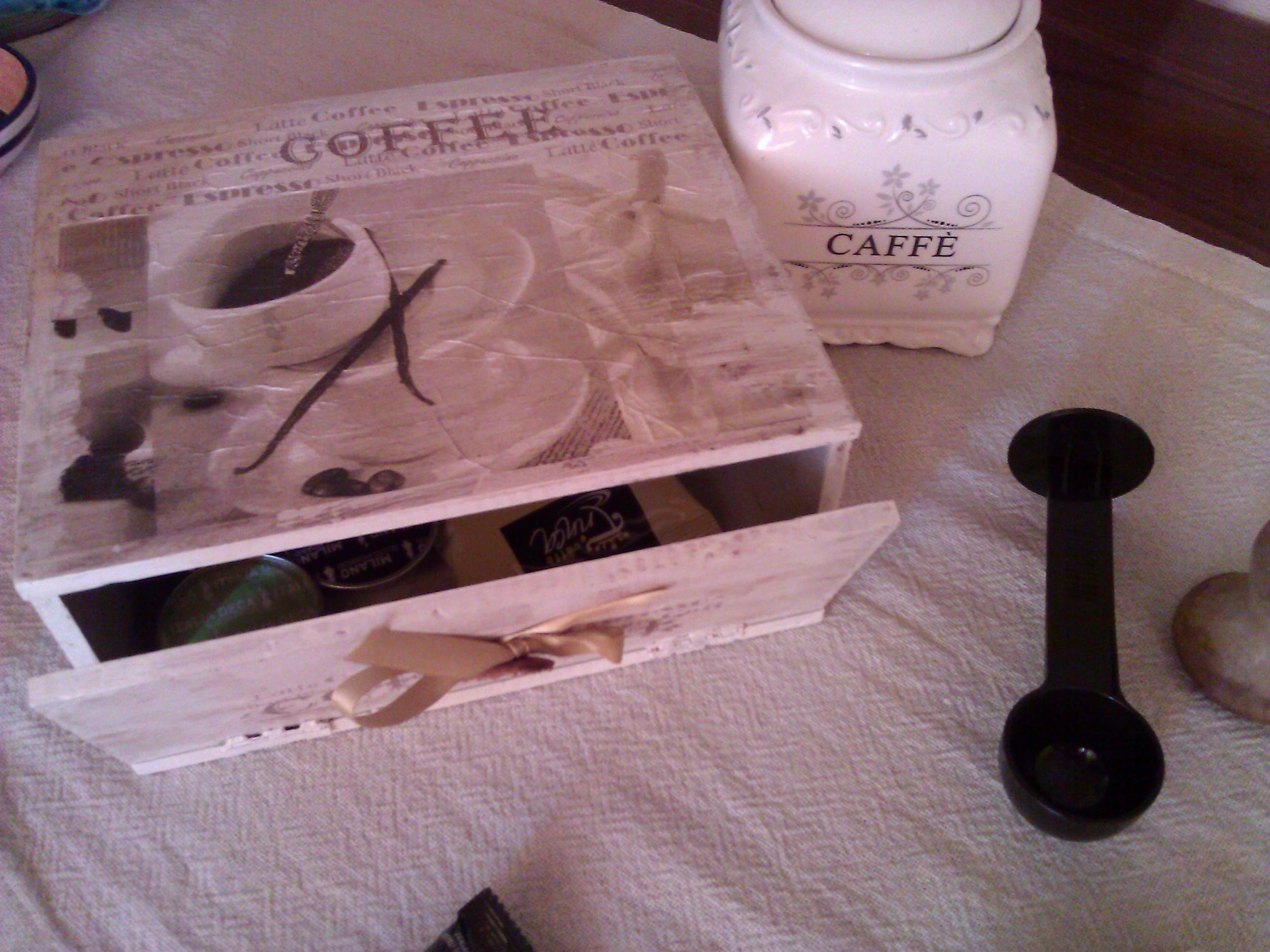 Graziosa scatola porta cialde in shabby e decoupage
