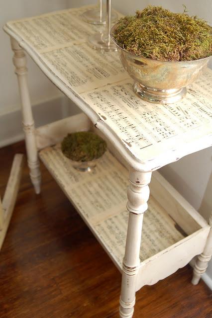 Tavolinetto in shabby chic con vecchi spartiti musicali