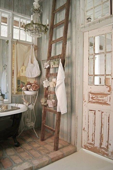 Le vecchie scale in legno negli ambienti shabby chic