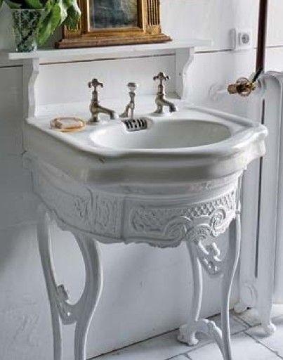 Bellissimi i lavelli decorati e collocati in un bagno shabby