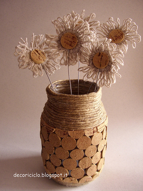 Vasetto in vetro porta fiori Shabby rivestito con i tappi di sughero