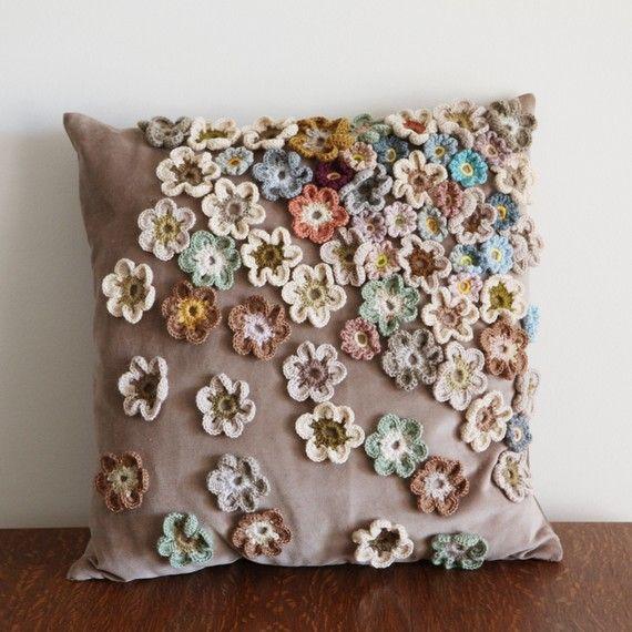 Cuscini Shabby con applicazioni di fiori all'uncinetto