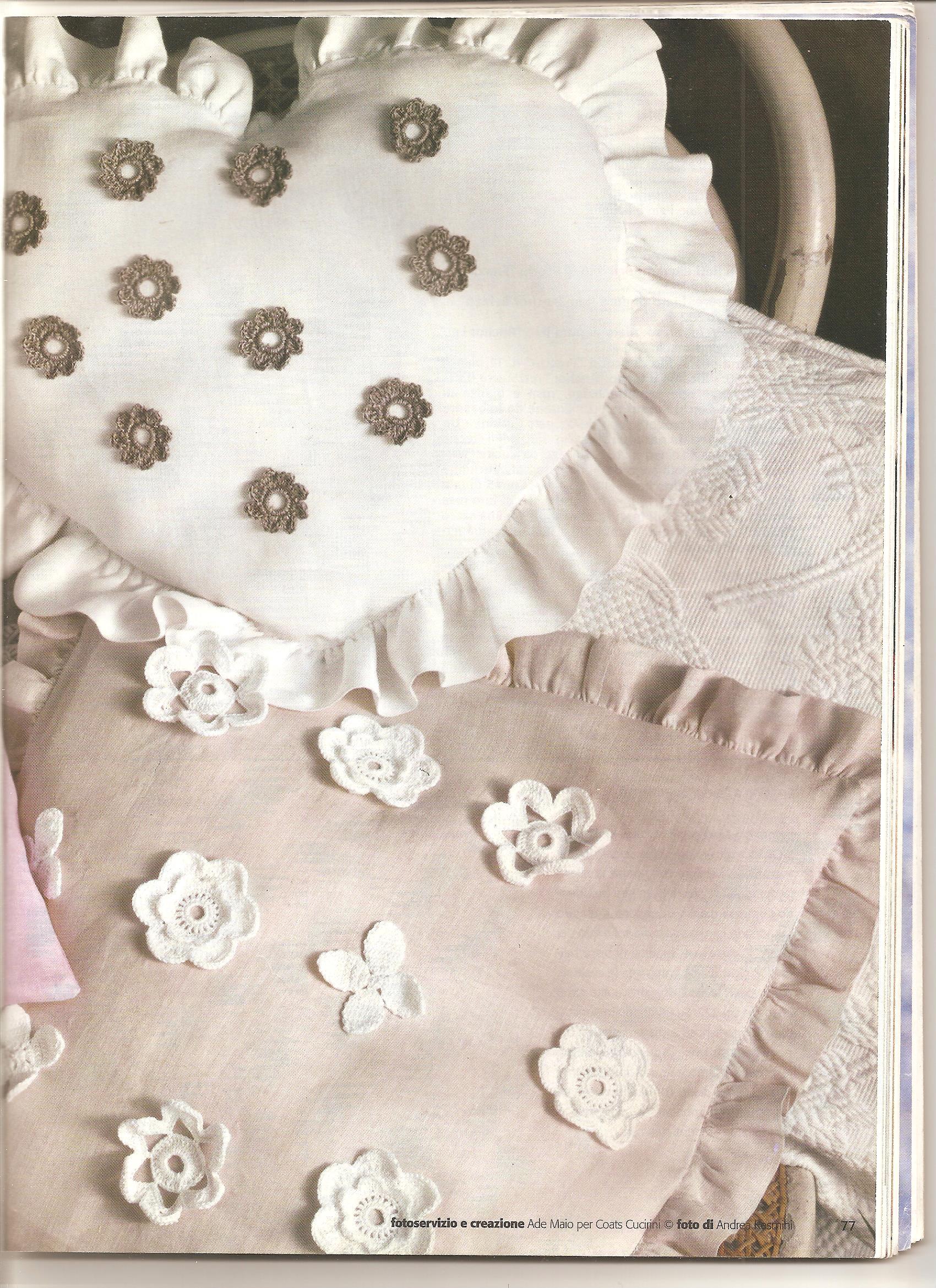 cuscino con fiori e applicazioni schema uncinetto 2