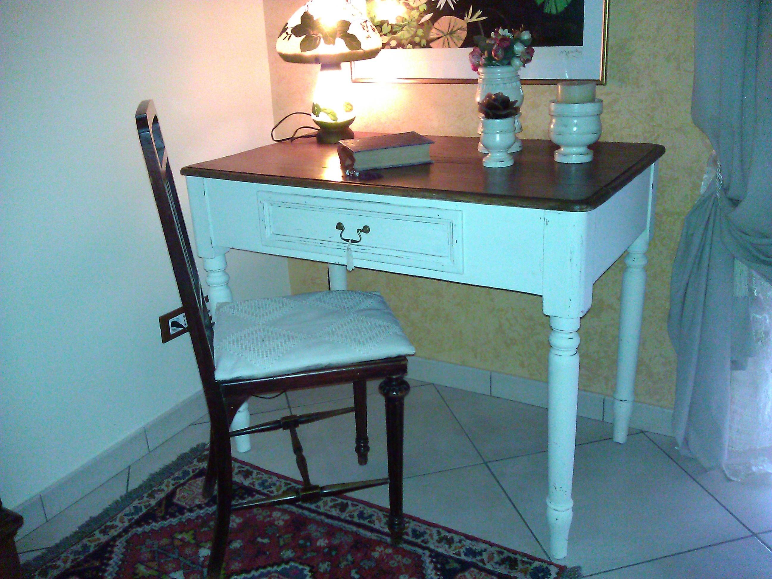 Vecchio tavolo scrivania riportato in stile shabby chic for Scrivania shabby