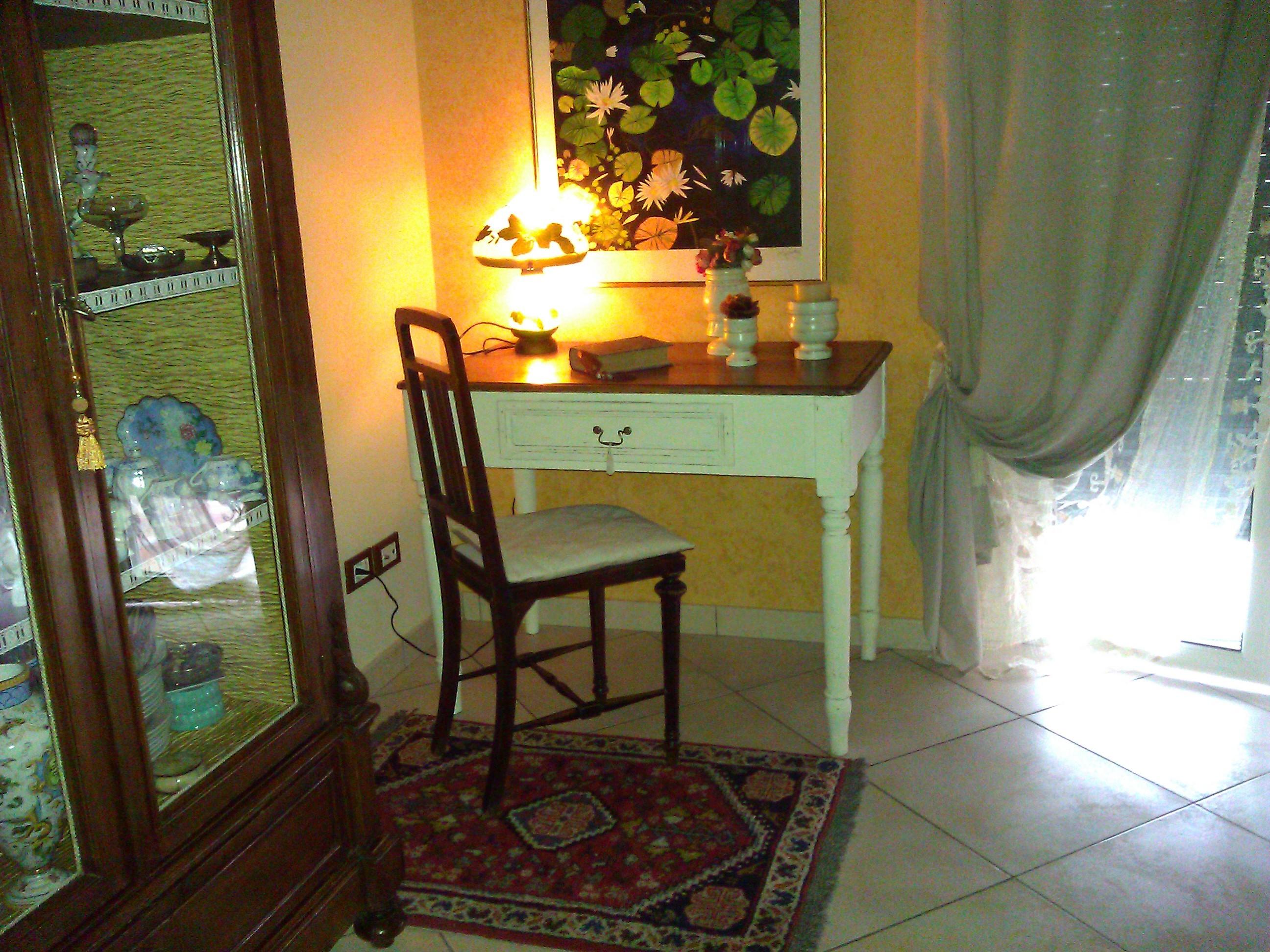 Vecchio tavolo scrivania riportato in Stile Shabby Chic