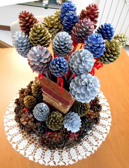16 proposte di bellissime creazioni natalizie con le pigne - Decorazioni natalizie con le pigne ...