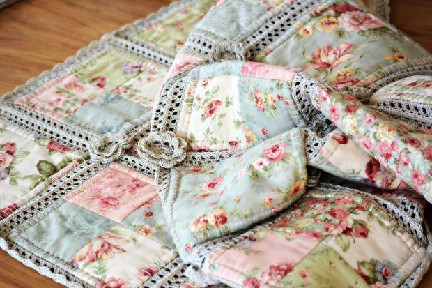 Realizzare il patchwork per coperte e altro con applicazioni all'uncinetto