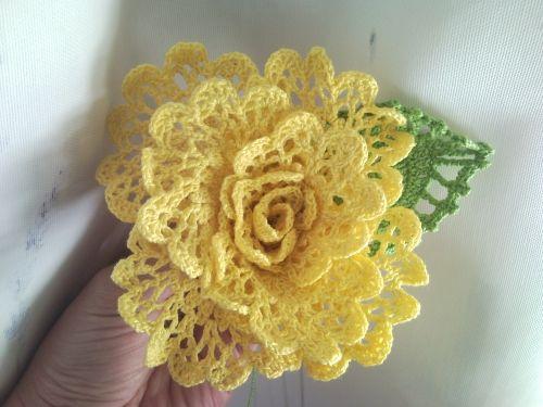 Delizioso fiore con lavorazione all'uncinetto