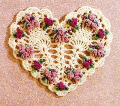 Cuore all'uncinetto con decori di piccoli fiorellini