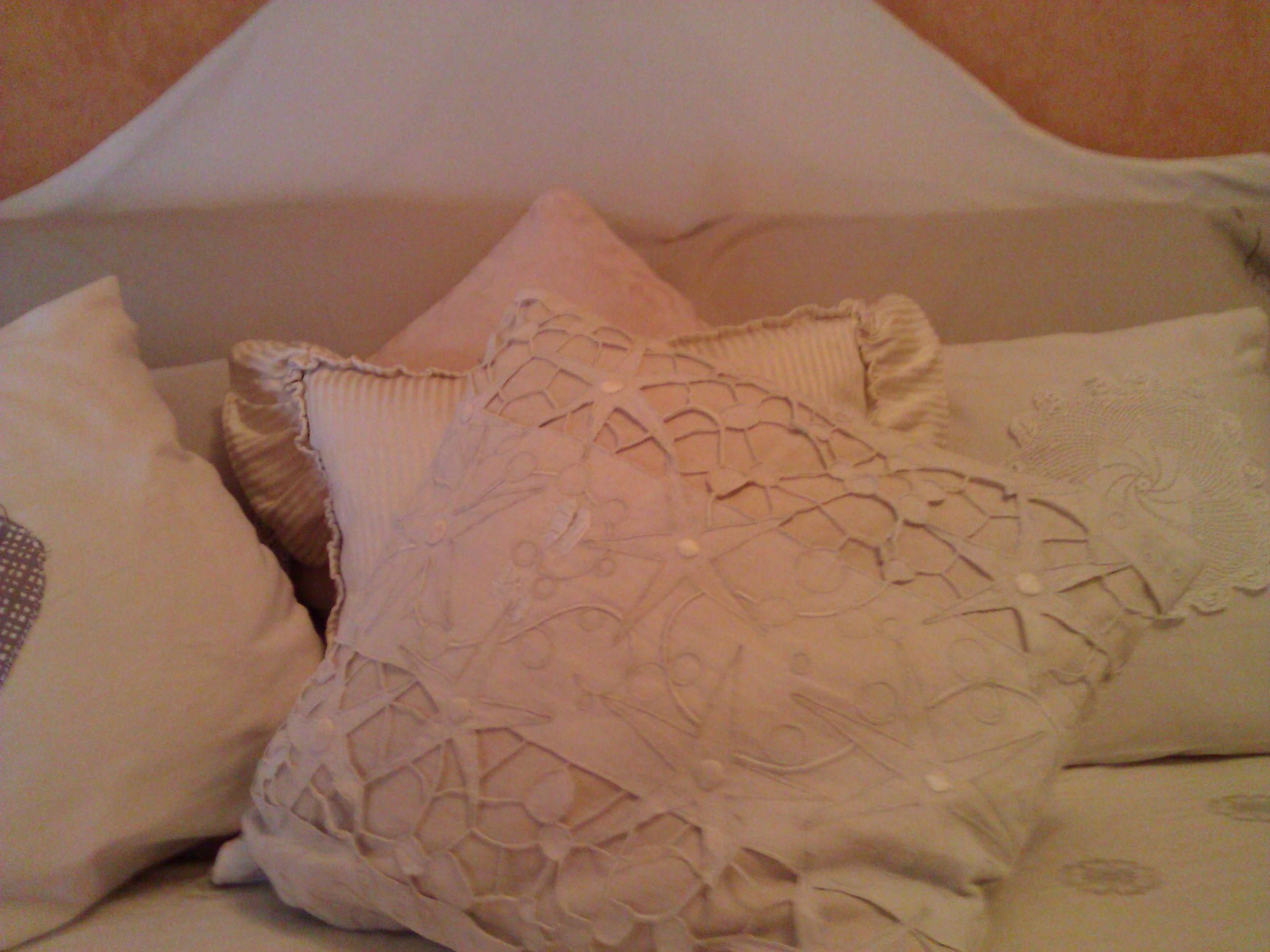 Ricami e uncinetto nei cuscini Shabby