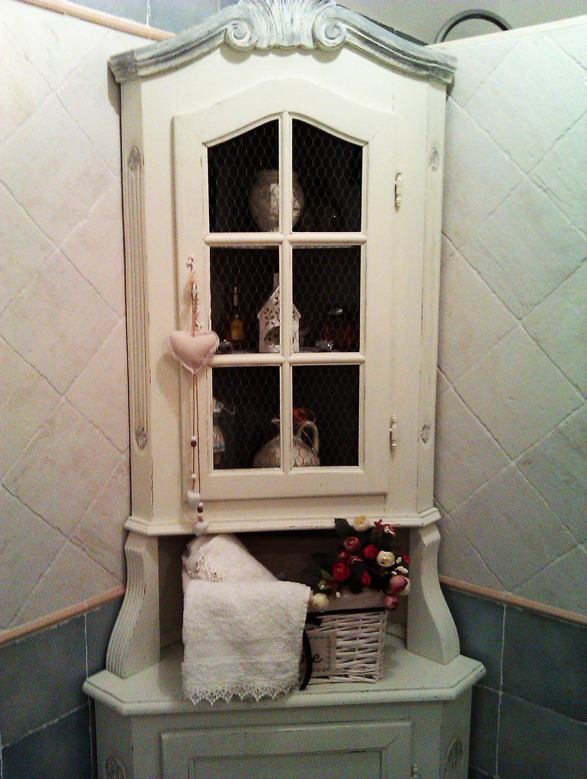 Vetrinetta ad angolo da bagno nello stile Shabby