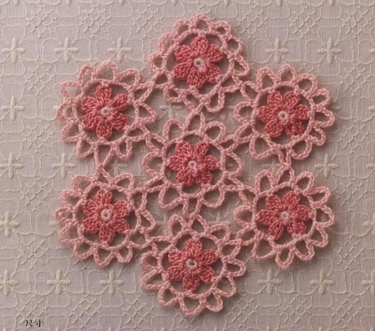 Bellissimo fiore decorativo all'uncinetto