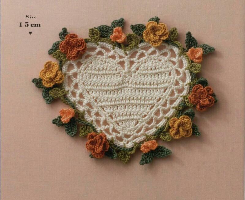 Grazioso cuore all'uncinetto con fiori