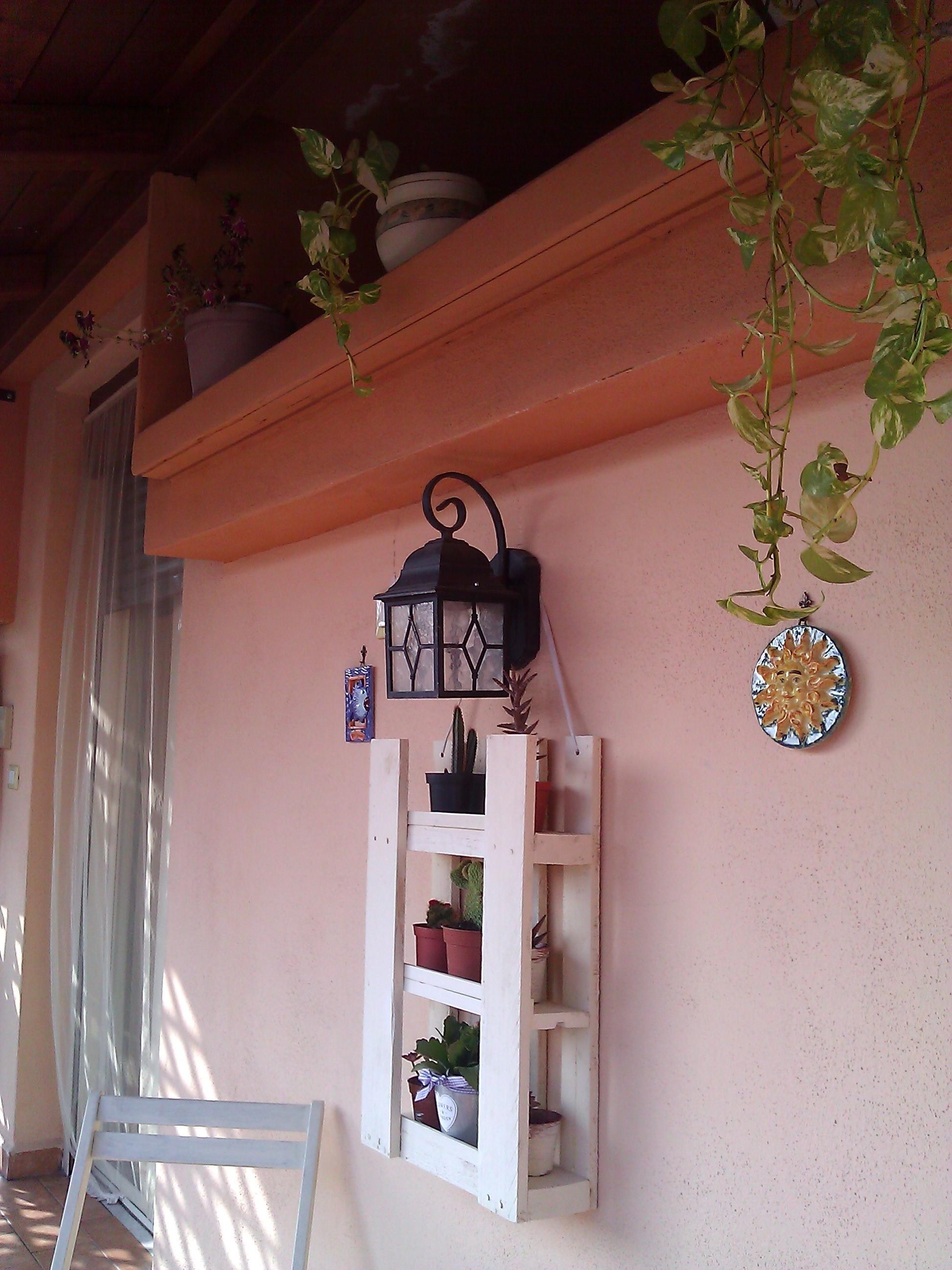 Piccolo bancale adibito a porta piante