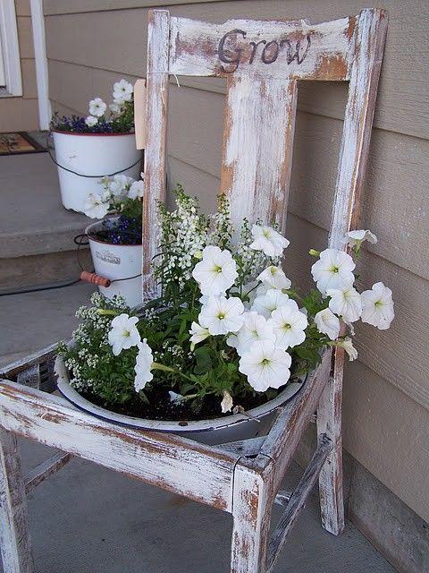 Idee Shabby per arredare un balcone o un giardino con le vecchie sedie