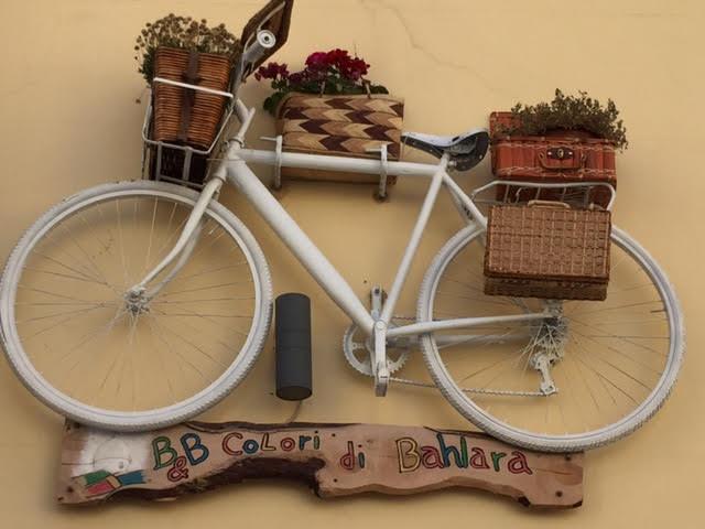 Strane e diverse collocazioni delle vecchie biciclette nello stile Shabby