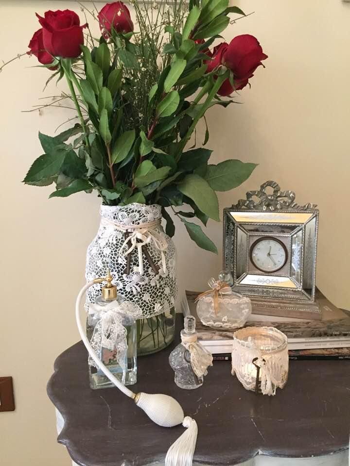 Piccoli  e grandi oggetti di vetro con pizzi e merletti nello stile Shabby