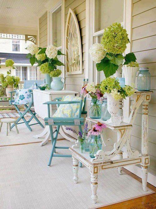 Come adornare in primavera balconi, terrazzi e verande in stile Shabby