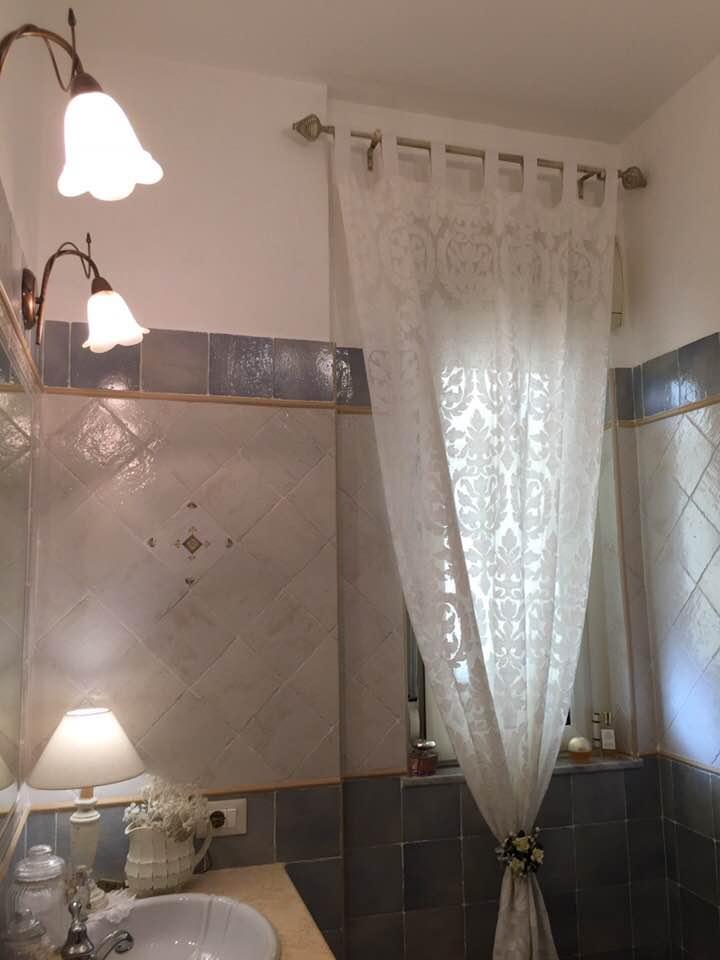 Tenda in merletto per un bagno in stile Shabby