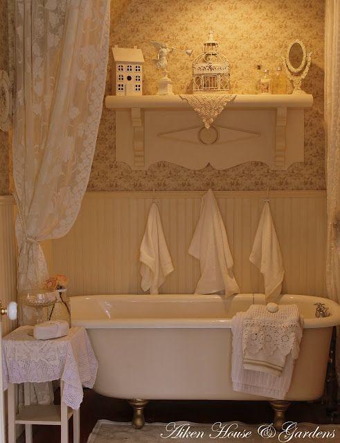 Dolce e rilassante atmosfera nei bagni in stile Shabby Chic