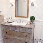 Il cassettone Antico o Vintage convertito in stile Shabby per il bagno