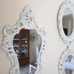 Una specchiera tra gli specchi in stile Shabby