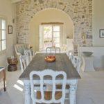 Di bellissimo effetto la parete in pietra nello stile Shabby
